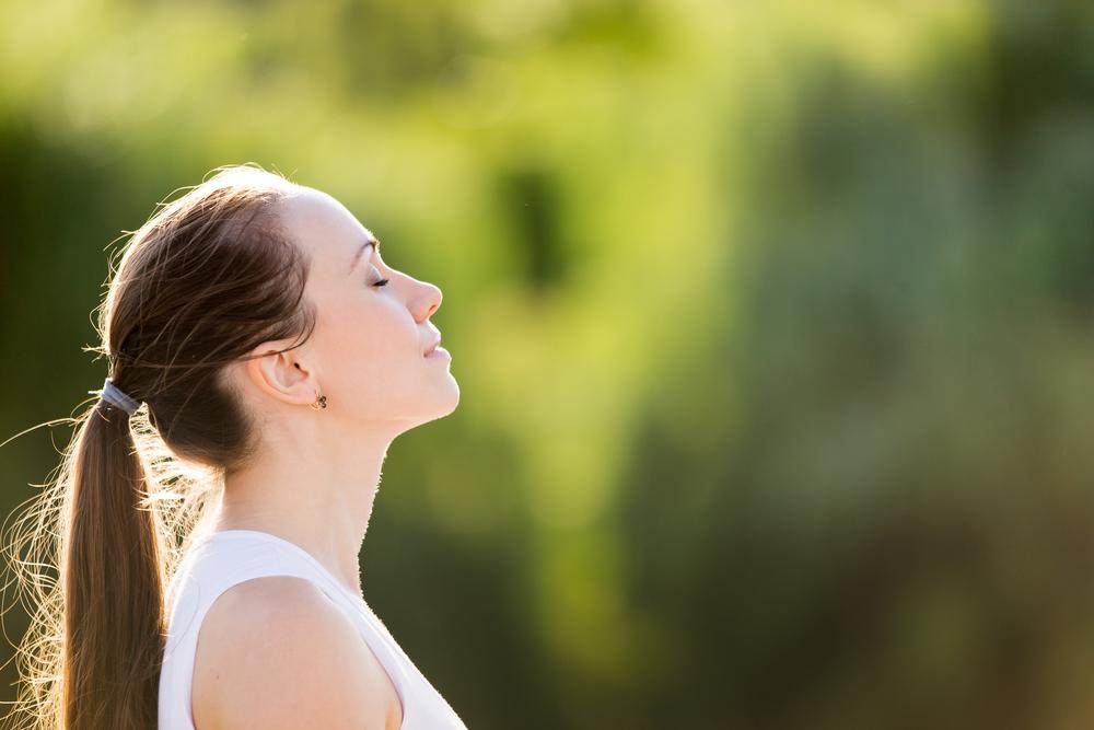 鼻呼吸する女性